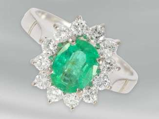 Ring: attractive small flowers ring with diamonds and emerald, approx 0,82 ct, 18K white gold