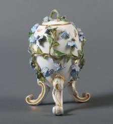 Eidose with plastic flower decoration, Meissen