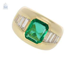 Ring: the massive, and formerly very expensive emerald/diamond gold forged ring, beautiful and bright green, a very valuable emerald of approx. 3ct, origin Columbia