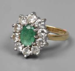 Ladies ring with emerald and diamonds