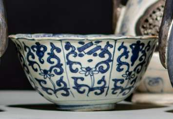 The flower-shaped bowl with blue and white 'Bajixiang'decor