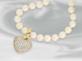 Chain/necklace: attractive Akoya cultured pearl necklace with diamond heart clip, approx. 2,21 ct