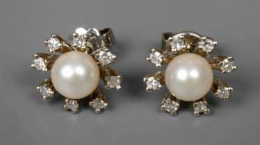 Pair of stud earrings with pearls and diamonds