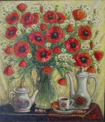 Field daisies and poppies on the table.