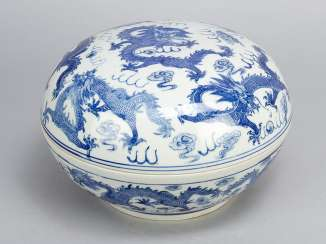 Chinese Porcelain round Box, painted, Qing Dynasty