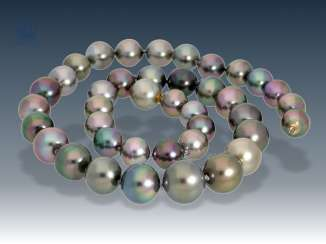 Chain: very high-quality Tahitian cultured pearls necklace with an invisible nittel clasp, mint