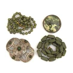 4 pieces of jewelry with green stones
