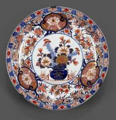 Large round plate made of Imari-porcelain with decor of flowers bouquets