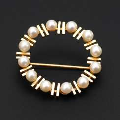 Wreath brooch with cultured pearls.
