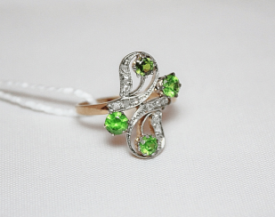 Ring with demantoid garnet and diamonds