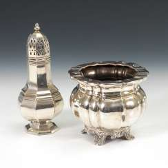 Silver-plated salt and pepper shakers and Ziergefäß.
