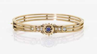 BANGLE WITH SAPPHIRE AND HALF PEARLS.