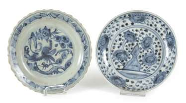 Two small porcelain plate with a blue-and-white décor, a Blütemform