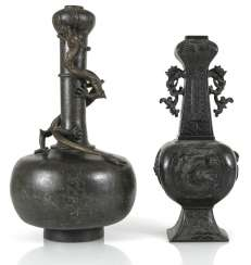 Two bronze vases with dragons in Relief