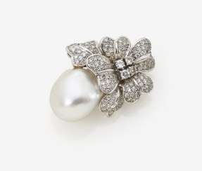Pendant with South sea cultured pearl and brilliant-cut diamonds