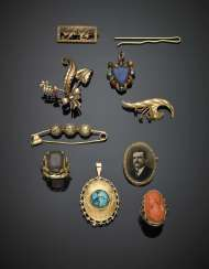 Yellow gold lot comprising five brooches