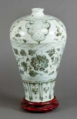 Meiping porcelain vase, round cylindrical shape with small neck and blue painted flowers and decorations on white ground