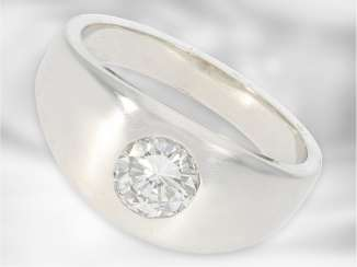 Ring: a massive gold band ring forging with a one-carat diamond, approx 1,01 ct, 14K white gold, new