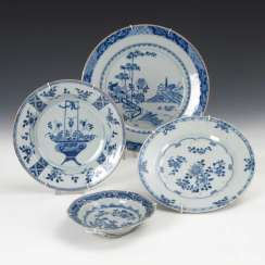 4 plates with décor in underglaze blue