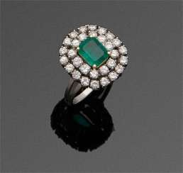 Entourage ring with Colombian emerald