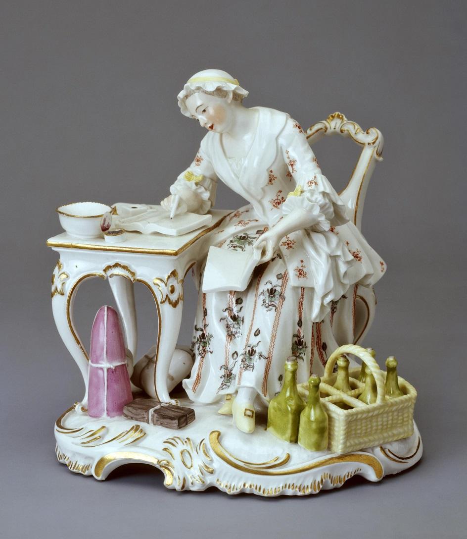 Фарфор Франкенталь. Скульптура Иоганна Фридриха Люка «Молодая девушка, сидящая за столом»