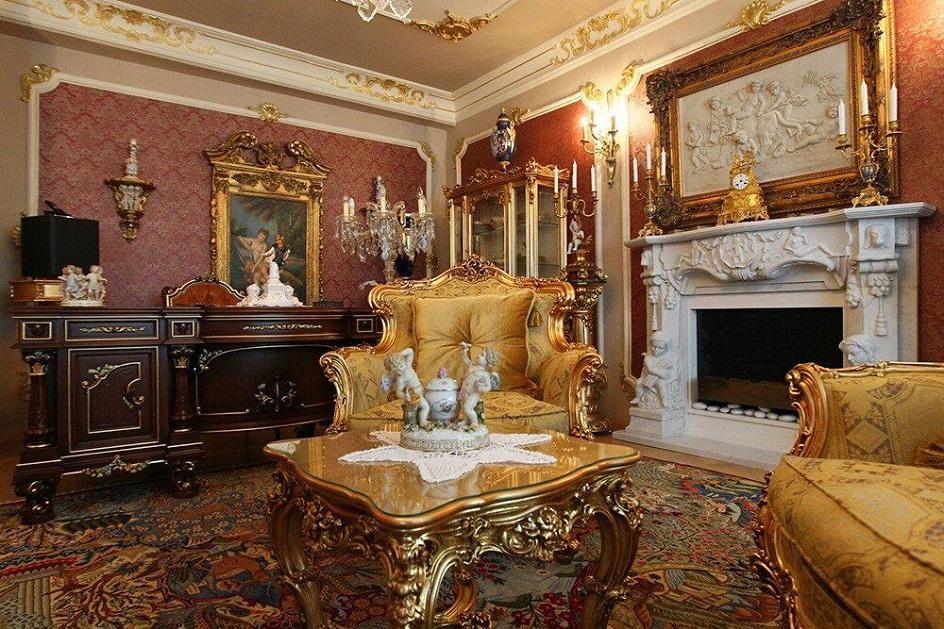 Барокко в интерьере. Гостиная в золотых тонах с камином в стиле барокко