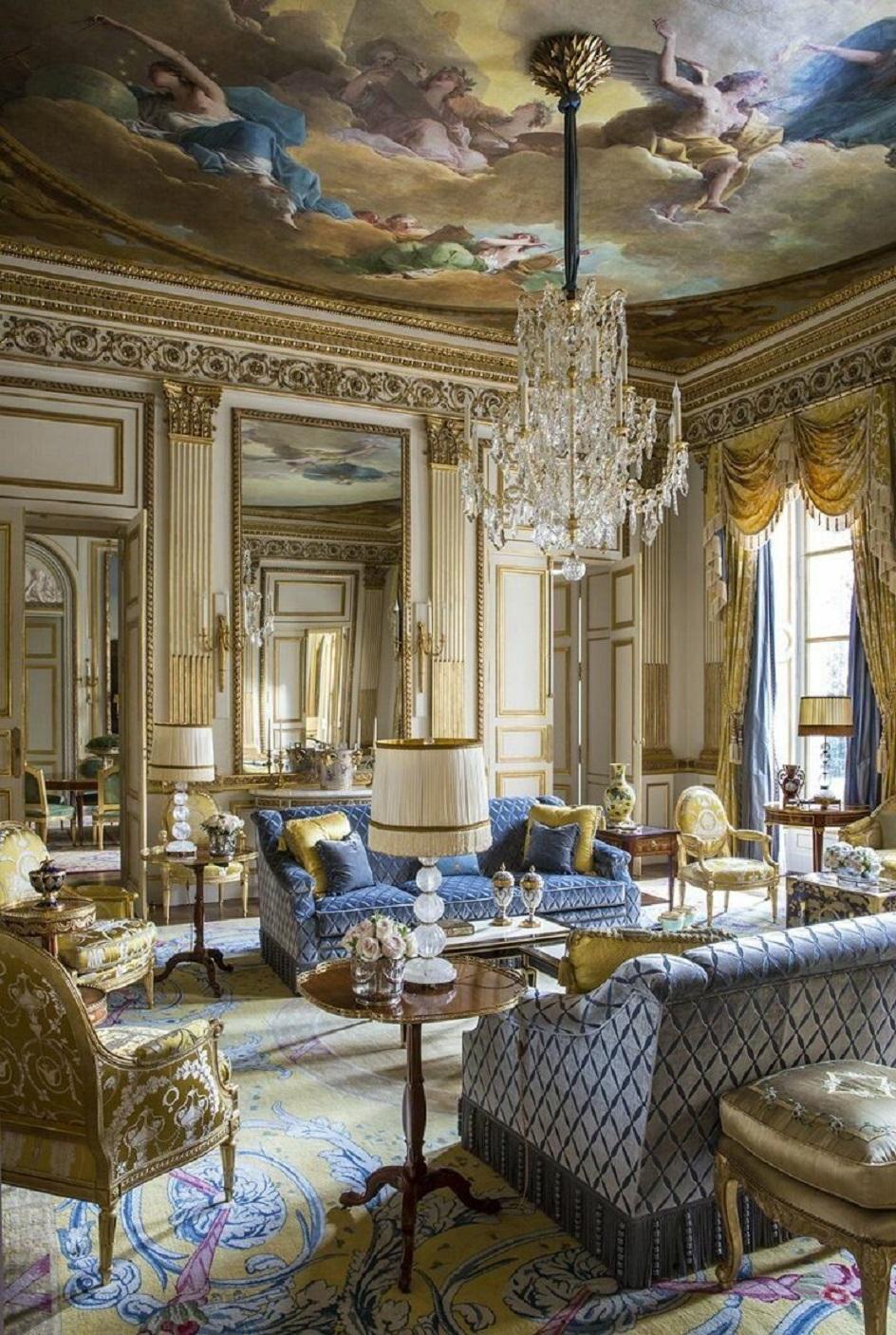 Барокко в интерьере. Зал для приёма гостей с оригинальной хрустальной люстрой в стиле барокко