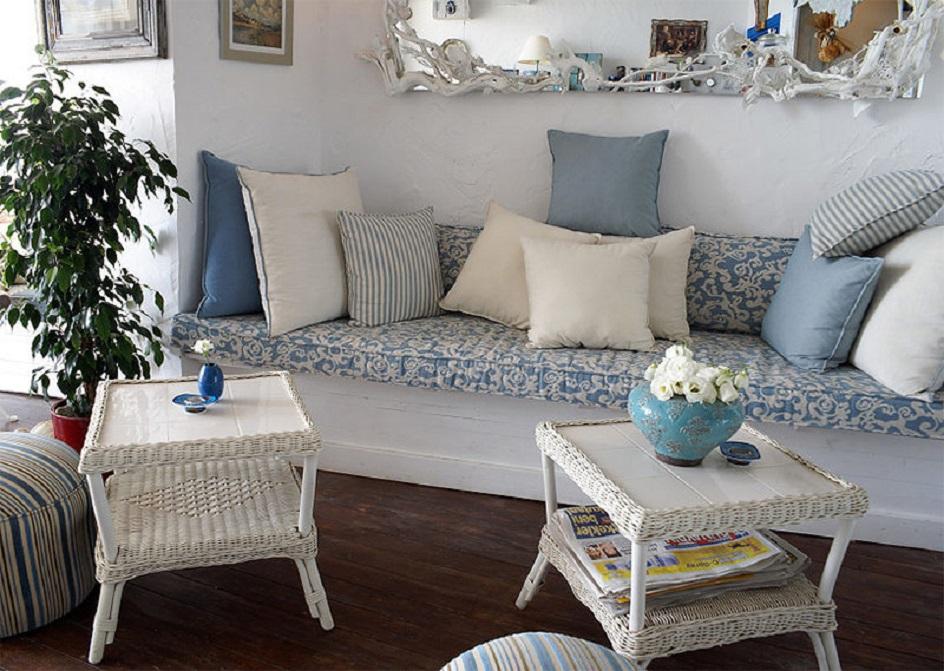 Прованс. Интерьер гостиной с бело-голубым текстилем в стиле прованс