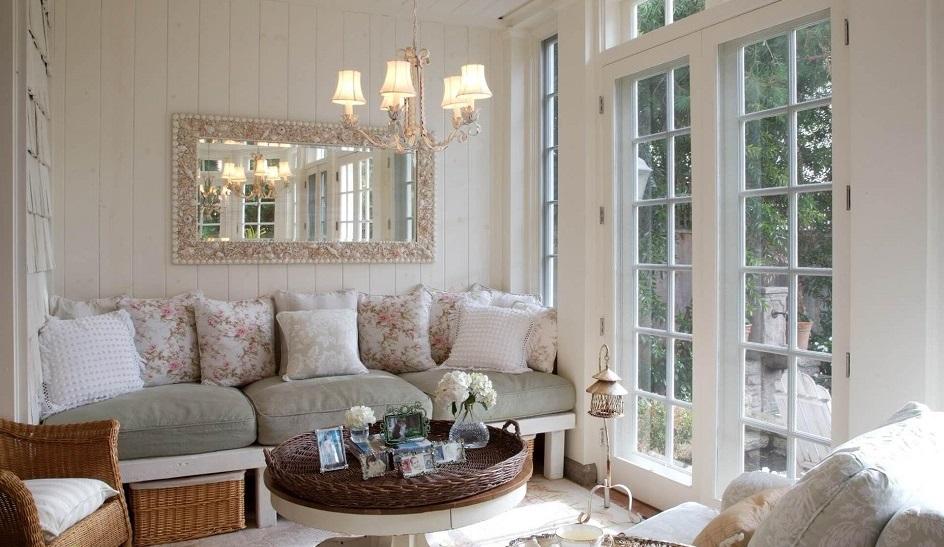 Прованс. Интерьер гостиной с большим настенным зеркалом в стиле прованс