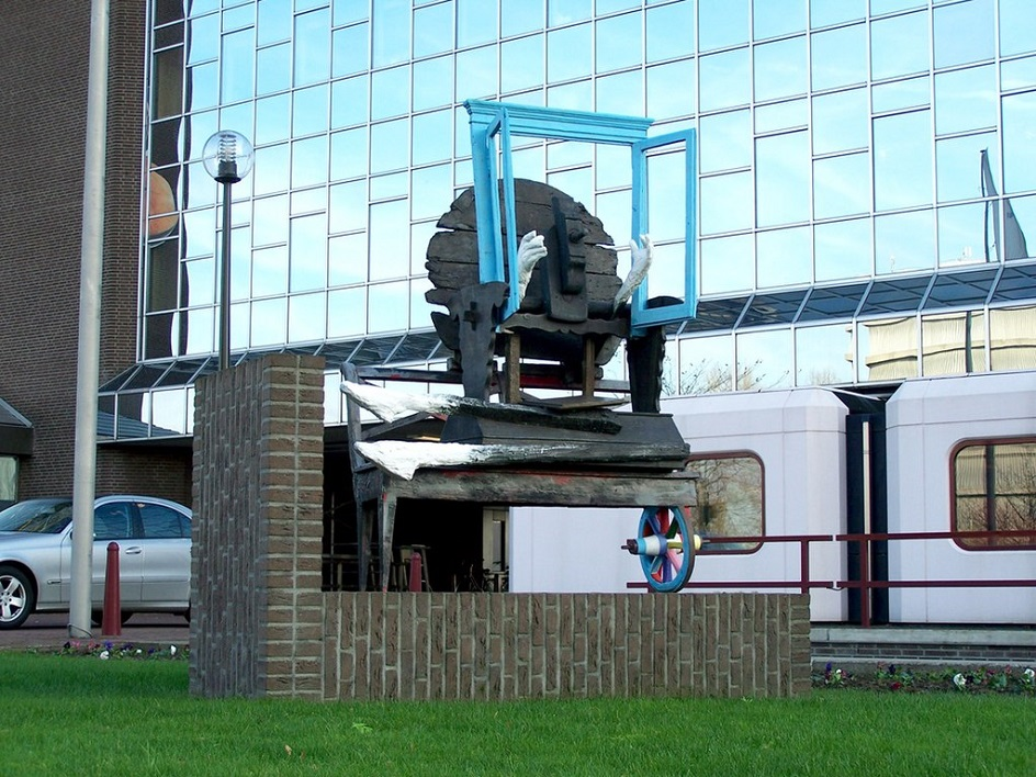 Карел Аппел. Скульптура «Глядя в раскрытое окно», 2001